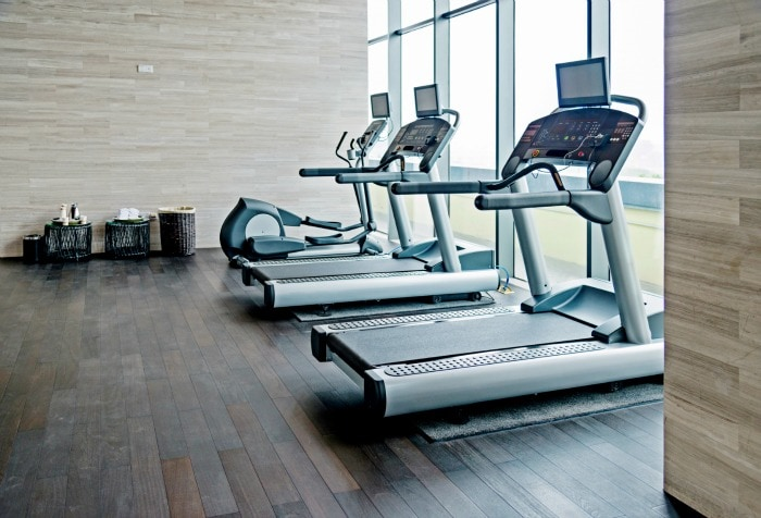 Empty gym room with group of exercise machine.
